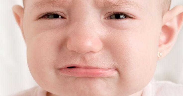 Das Zahnen ist für die meisten Babys sehr schmerzhaft. Mit folgenden Tricks kannst Du Deinem Baby das Zahnen erträglicher machen.