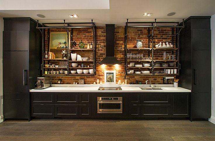 estanterias de acero en la  cocina con diseño industrial