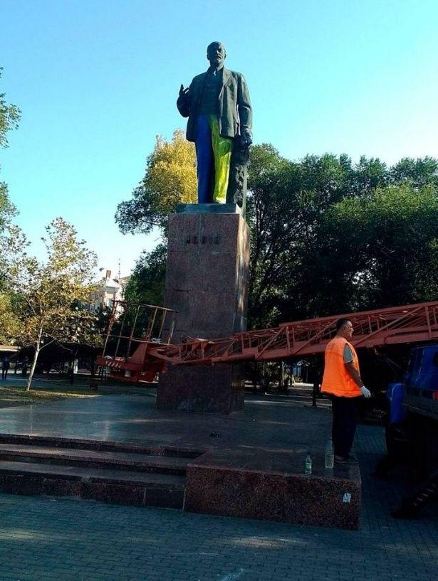 В Бердянске «одели» Ленину сине-желтые штаны