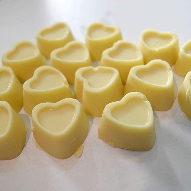 """#Repost @lamaisonartisanale_  """" H A P P Y  S T  V A L E N T I N """"  Un peu de blancheur pour illuminer le cœur de votre partenaire avec un délicieux chocolat blanc.  Vous pouvez faire une pré-commande pour votre St valentin en tout parfum au choix.  En inbox pour votre pré-commande ou par appel téléphonique 225 08 94 94 98 / 225 89 23 23 02  #happystvalentin #love  #Africa #ivorycoast #Cotedivoire #Abidjan #Cacao #Feve #Fevedecacao #Cabosse #Chocolat #Choco #chocolatnoir #chocolataulait…"""
