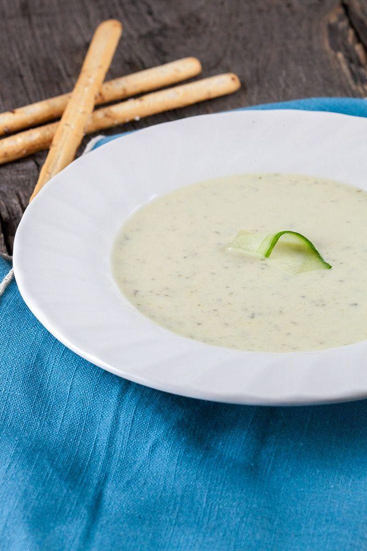 Romige komkommer-courgette soep (ook al heerlijk met alleen courgette, komkommer, groentebouillon,  fijngesneden ansjovis en gedroogde tomaatjes)