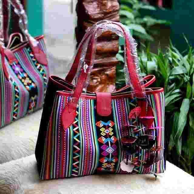 #handbag#tenun#buna #nunkolo#ntt#ethnic#Indonesia#LEATHER Kode: BIBA C - 0642  - Ukuran: 35 x 15 x 25 cm. - Bagian dalam: suede, 2 saku Hp, saku resleting samping, bagian sisi kiri & kanan tas dapat dikaitkan (model tas: 2 in 1). - Bagian luar: magnet, resleting utama.  - Kulit asli.