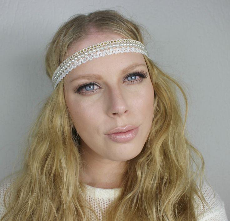 80er-frisuren-stirnband-perlen-spitze-blonde-haare-lange-vintige-loog-falsche-wimpern