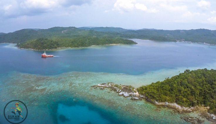Bagaimana rasanya melihat pulau terluar Nusantara. Bukan birunya laut dan langit yang menyatu dalam garis cakrawala. Melainkan hanya warna putih, membentuk jarak pandang menjadi semakin sedikit kar...