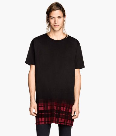 Long black T-shirt with side zips and fade-in red plaid pattern.│ H&M Divided Guys