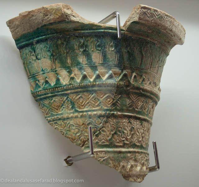 Siglo XII-XIII. Almohade. Fragmentos de gran tinaja con decoración estampillado