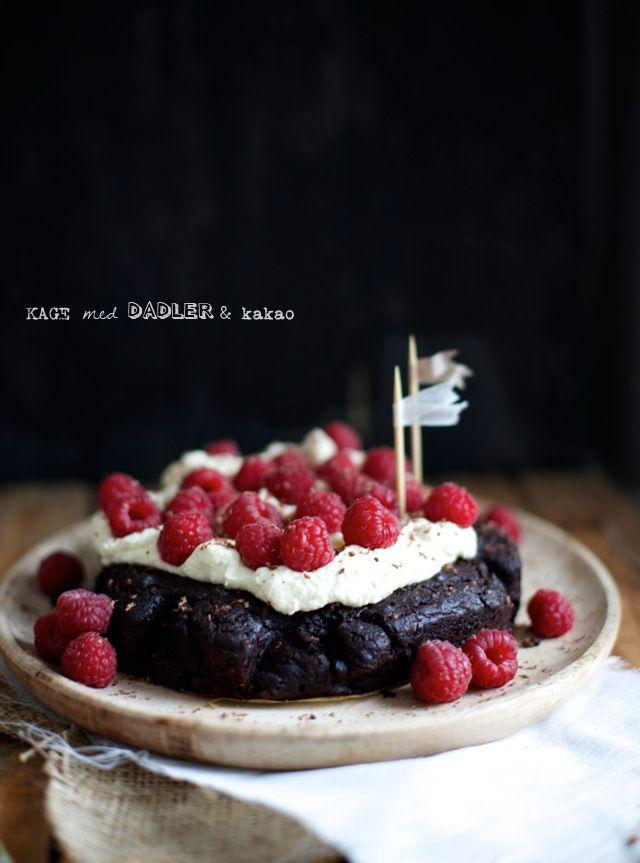 Kage med kakao, dadler og banan - uden tilsat sukker. (Recipe in Danish)