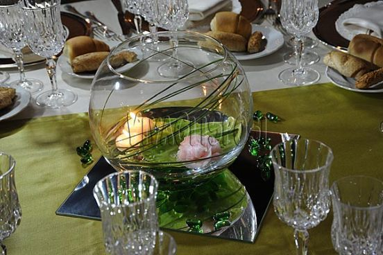 Centrotavola in vetro e specchio con rosa e candela