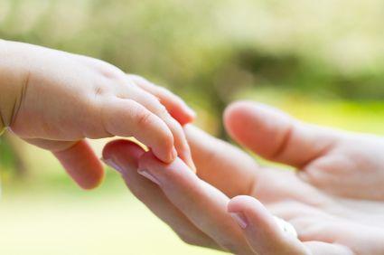"""Retrouvez cet article publié dans les Grands Dossiers de Sciences Humaines N°32 """"L'amour, un besoin vital"""". Dès ses premières secondes de vie, le bébé est voué à créer des liens avec les personnes ..."""