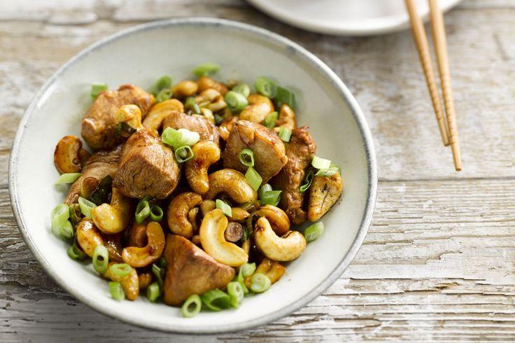 wokgerecht - kipfilets, lente-uitjes, ... - Verhit de zonnebloemolie in de wok. Kruid de kip met peper en zout en bak ze aan in de hete olie. Voeg de cashewnoten toe.