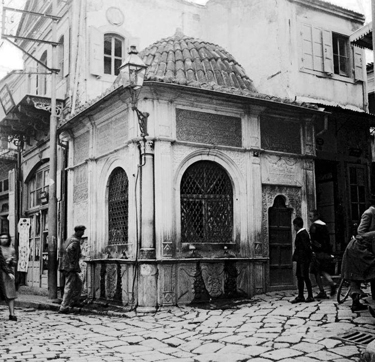 İzmir BASMANE Anafartalar Caddesi 945 sokak köşesinde DÖNERTAŞ SEBİL'inin 1940'lardan bir görünümü.