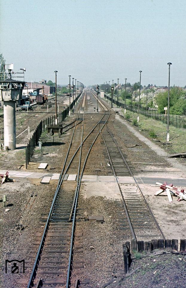 BERLIN 1976. Blick vom Grenzbahnhof Berlin-Staaken auf die Transit-Bahnstrecke g… – Petra S.