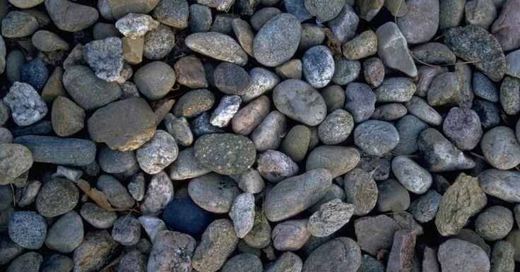Cómo taladrar una piedra de rio. Las piedras de río son muy útiles y populares en muchos proyectos de bricolaje, debido a su suave redondez y sus atractivos colores. Tiempo atrás, la mayoría de estas piedras fueron mucho más grandes, pero luego de cientos y hasta miles de años de permanecer en lechos fluviales o de ser arrastradas corriente abajo desde lo alto de las montañas, ...