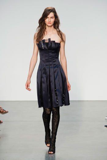 New York fashion week PE 2014! Thakoon rievoca in grande stile l'abitino (in raso) con i collant (di pizzo).