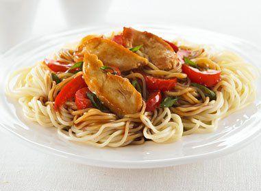 Cuire les vermicelli selon les instructions figurant sur l'emballage. Chauffer l'huile; faire sauter le poulet jusqu'à ce qu'il soit doré. Retirer du feu et réserver. Faire sauter les légumes, et ajouter le poulet cuit, lorsque les légumes sont croquants a votre gout. Mélanger le bouillon, le miel et la sauce soya; incorporer la fécule de maïs et le beurre d'arachide en mélangeant au fouet. Cuire, en remuant, jusqu'à ce que la sauce commence à épaissir. À la cuillère...