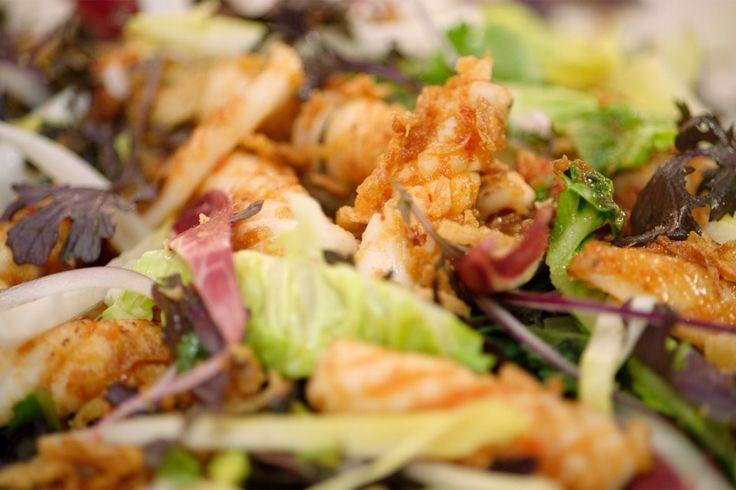 Deze salade is perfect als lunch of voorgerecht. De inktvis wordt tijdens het bakken geglaceerd met een pittige oosterse marinade.Voor de salade gebruikt Jeroen mosterdblad. De zachte, wat pikante smaak past perfect bij roodlof en witloof. Gebruik voor dit type salade witloof uit de volle grond dat een lekker uitgesproken smaak heeft.
