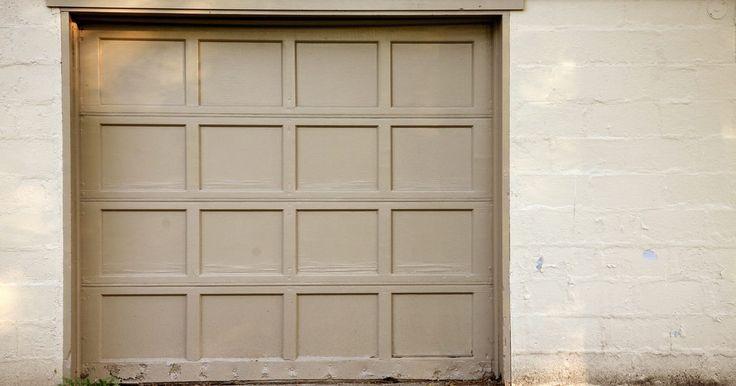 Cómo ajustar los límites de ajuste de apertura y clausura de una puerta de garaje. Los portones automáticos de un garaje son no sólo convenientes sino seguros. Puedes permanecer en la comodidad de tu automóvil mientras presionas el botón de un transmisor que abre o cierra la puerta. Un abridor de puerta de garaje es un dispositivo mecánico que puede requerir ajustes ocasionales para que siga trabajando correctamente. Si la ...