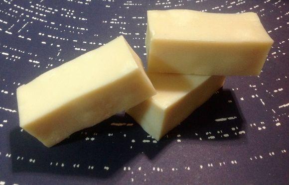 Sabonete orgânico 100% artesanal de citronela, lavanda e tea tree. Produzido pelo processo à frio com ingredientes vegetais.      Composto de óleo de côco extra- virgem, óleo de rícino, oliva e palmiste, manteiga de karité, óleos essenciais de lavanda, citronela e tea tree, extrato glicólico de p...