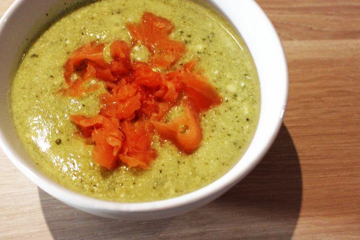 Zelf soep maken is heel makkelijk. Voor een heerlijke soep heb je geen zakjes nodig. Met slechts een paar ingrediënten zet je deze courgettesoep al op tafel! Bereiding Snijd de courgettes in kleine stukjes. Pers een knoflookteentje en snipper de uien. Bak vervolgens de courgettes, knoflook en uien in een pan. Zet de pan op...