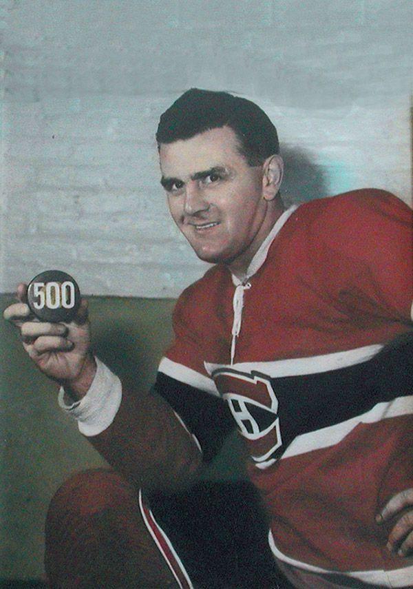 Maurice (Rocket) Richard avec sa rondelle de son 500e but en 1957. Canadiens de Montréal Go Habs Go !!