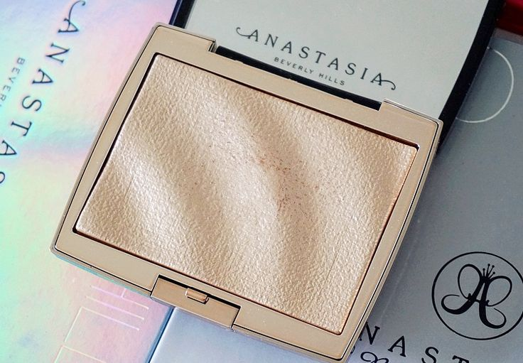 Something went wrong and I received my Anastasia Beverly Hills x Amrezy highlighter really late and then had to fully test it, BUT I decided to review it anyway! If you're interested in my thoughts on it (let me just say, I was not expecting to feel this way), you can read my review here 🌟 http://beautybymadsen.dk/2018/04/anastasia-beverly-hills-x-amrezy-highlighter-review/