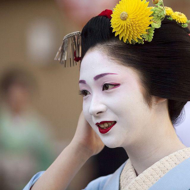 Maiko Kotomi at MIyagawacho wearing a large chrysanthum kanzashi for the month October