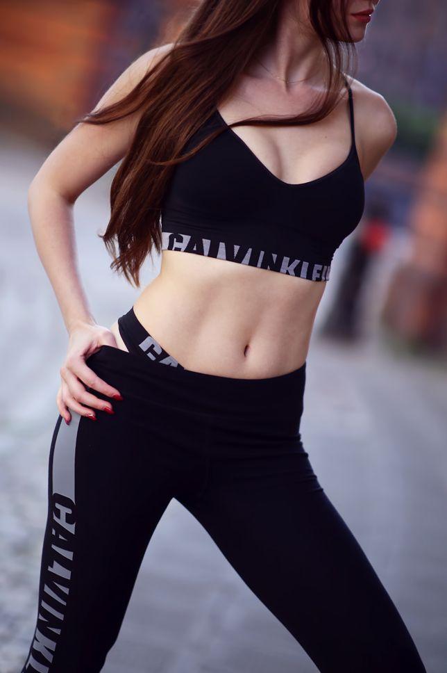 Czarny sportowy stanik, legginsy z napisem i wygodne sportowe buty | Ari-Maj / Personal blog by Ariadna Majewska