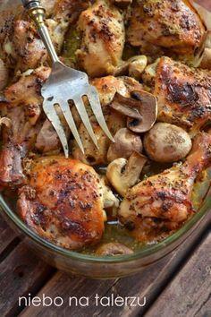 Kurczak pieczony w musztardzie z pieczarkami składniki (na cztery osoby) : - cztery udka lub ok. 1,2 kg skrzydełek czy podudzi z kurczaka - 2 duże cebule - 4 łyżki musztardy francuskiej z całymi ziarnami gorczycy - 4 łyżki innej, ulubionej musztardy np. dijon - łyżka miodu - sól, pieprz Cebulę obrać, pokroić w drobną kostkę. Musztardy wymieszać z miodem, dodać cebulę, ok. pół łyżeczki soli i dużą szczyptę pieprzu (lub mniej, czy wcale, jeśli ktoś nie lubi ostrych smaków), dodać pokrojoną...
