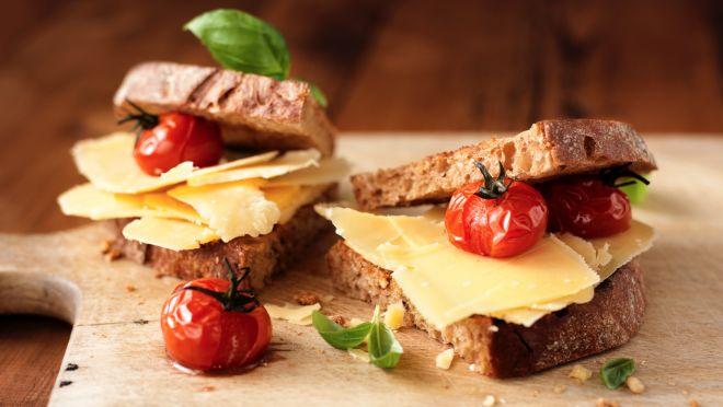 Verwarm de grillpan. Snijd de broodjes horizontaal doormidden en grill tot ze knapperig worden. Meng de mosterd met de honing en yoghurt en breng op smaak...