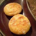 ロス・バルバドス - 料理写真:②アレパ(コロンビアのチーズ入りトウモロコシ粉のお焼き)熱帯音楽酒場Los Barbadosロスバルバドス