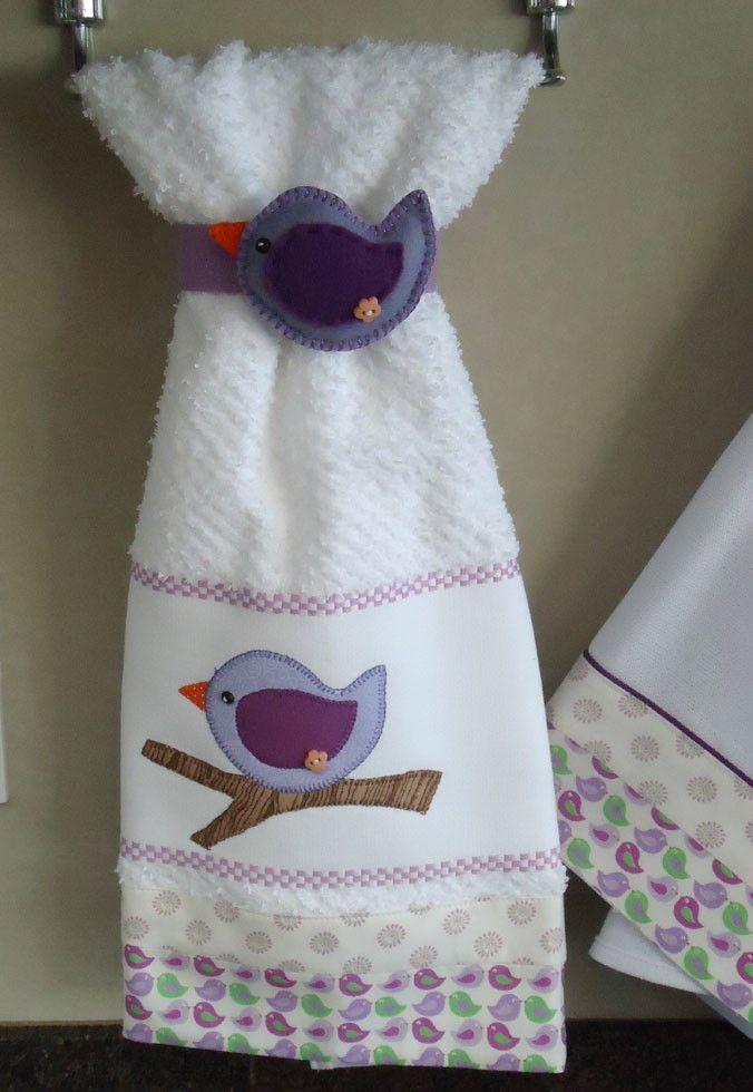 Delicado conjuntinho de cozinha composto de pano de prato e bate-mão em tecido 100% algodão com aplicação em patchwork de passarinho. Muito delicado!!! Acompanha enfeite de feltro para segurar o bate-mão no suporte.