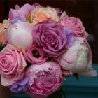 Bruidsboeket met roze rozen en pioenrozen