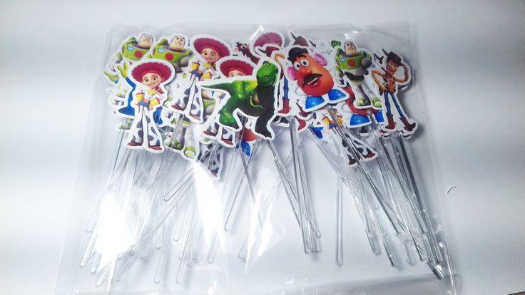 50 Toppers para doces  tema Toy Story    Pedido minimo 1 pacote com 50 unidades (10 buzz, 10 Jessie, 10 Woody, 5 dinossauro, 5 cabeça de batata, 5 Alien, 5 cavalo-bala no alvo)    Enviamos em até 3 dias úteis após a comprovação de pagamento. Podemos fazer toppers tb.