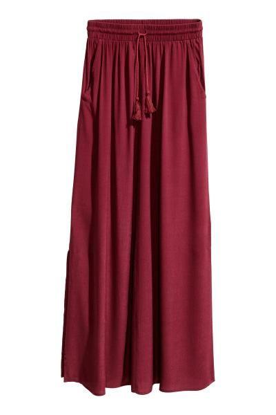 Falda arrugada: Falda larga de viscosa con efecto arrugado. Modelo con cintura elástica y cordón de ajuste con borlas, y aberturas en los laterales. Sin forrar.