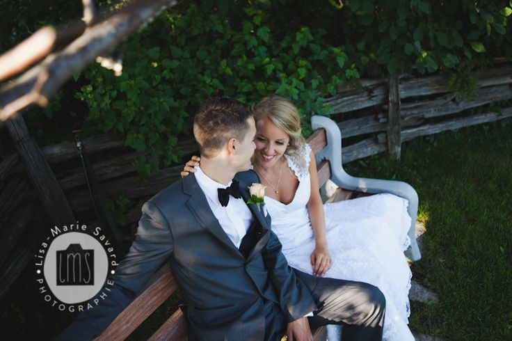 Bride and groom sitting on a bench and smiling. Montréal Saguenay Québec. Photo: Lisa-Marie Savard Photographie