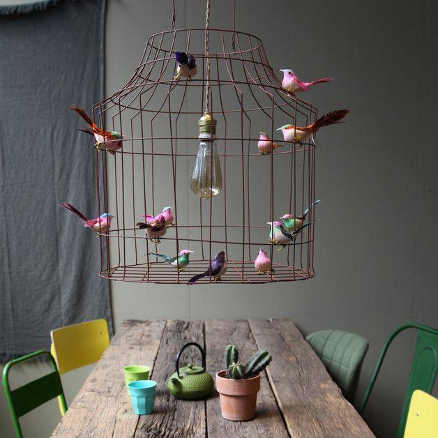 Une grande suspension, belles-dessus de la table à manger ou sur la chambre des enfant. Ils ne dorment jamais plus seul! Les oiseaux se sont échappés. La lampe est faite de fil de fer et...