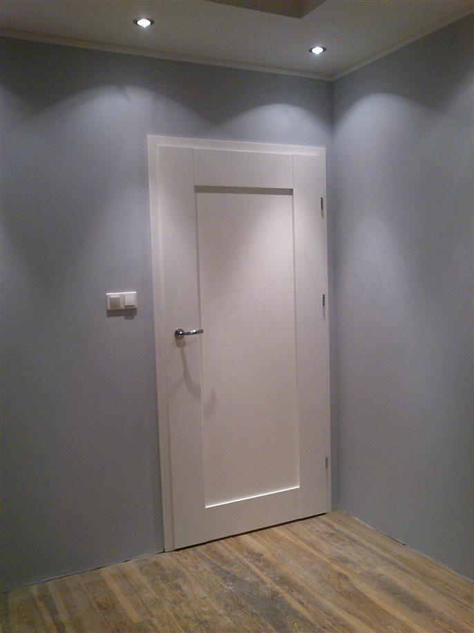 białe drzwi, szare sciany i podłoga <3