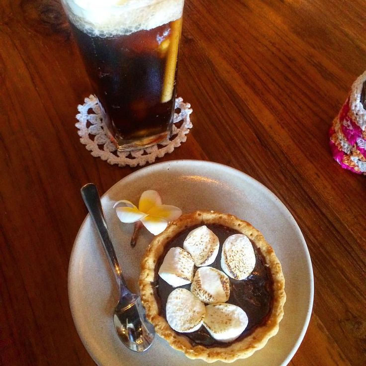 Bahasa Bali word today is: manis, which means sweet. Ok so not my usual flavour of photo from Bali but still Bali. This is a Coke spider - Coke with vanilla ice cream & an amazing chocolate tartlet with toasted marshmallows. Morning tea for my girl @thefatturtlebali Petitenget. My coffee was awesome btw: