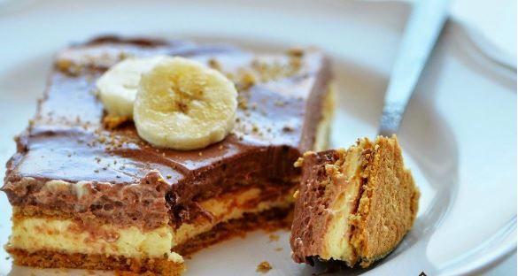 Ένα δροσερό, ανάλαφρο γλυκό ψυγείου με στρώσεις τραγανών μπισκότων, κρέμας βανίλιας και κρέμας σοκολάτας. Μια πολύ εύκολη και γρήγορη συνταγή (βασική ιδέα