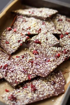 Schokoladenbruch selbstgemacht ist super einfach!   abgekühlte Schokolade in Stücke gebrochen für Schokoladenbruch selbstgemacht