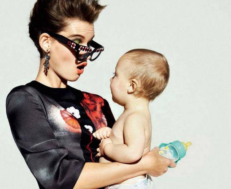 Η μαμά – μόνο εγώ έγινα τέλεια μάνα Θα σας απαριθμήσει πόσες φορές έκανε σεξ για να μείνει έγκυος ( με την πρώτη!), τι φάση του φεγγαριού ήταν όταν έμεινε έγκυος, τι είπε ο γυναικολόγος στον πρώτο υπέρηχο. Υπήρξε (εννοείται…) υπόδειγμα στην εγκυμοσύνη: ποτέ αλκοόλ, ποτέ τσιγάρο, ποτέ γλυκά, ποτέ αλμυρά. Η γέννα της ήταν φαινόμενο. Γέννησε με φυσιολογικό τοκετό, ο άντρας της ήταν μέσα και της κρατούσε το χέρι, η ίδια φορούσε κορδέλα σε χρώμα ροζ ή γαλάζιο (ανάλογα με το φύλο του παιδιού)…