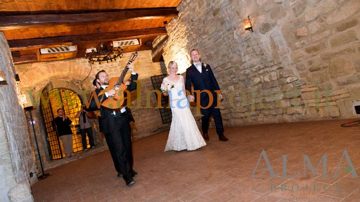 ALMA PROJECT @ Castello di Rosciano - Guitar Duo -  walking - bride & groom.jpg