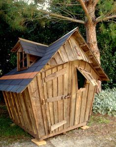 """Une nouvelle création unique de La cabane au fond du jardin, la cabane """"Lézarde"""". Cette petite cabane en bois de jeu pour enfants, déstructurée, penchée, vieillie par le temps, cache en son intérieur un univers de couleurs chaudes et gaies. Dimensions..."""