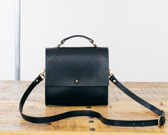 Lucy Boxy Black Leather Cross-body Bag por GRACEGORDONLDN en Etsy