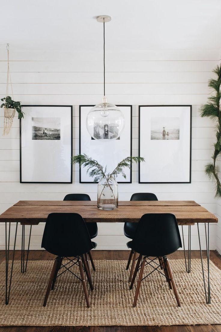 salle à manger noir et blanc // tapis tissé // murs à rabat // pendentif glob…