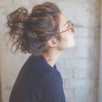 シンプルなニットにメガネの日も、無造作なふんわりお団子ヘアがおしゃれ。くしゃくしゃしたボリューム感がとってもかわいい♡
