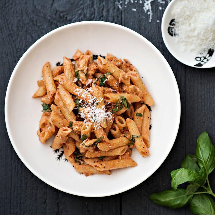 Tomaattinen kanapasta on koko perheen edullinen, nopea ja helppo arkiruoka. Tuorejuusto tekee kastikkeesta kermaisen pehmeän.
