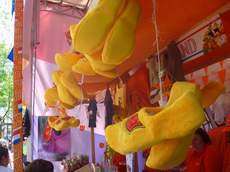 Pantuflas con forma de zuecos holandeses, stand de Países Bajos.