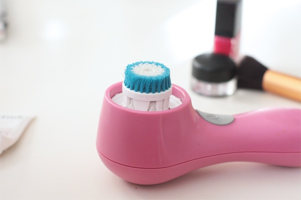 PRO tip: For deep cleaning spots that need extra attention (think chin or nose area) pop out the outer ring from your Clarisonic brush head, leaving just the center bristles!
