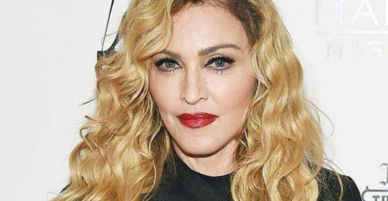 ABD'nin ünlü starı Madonna, tüm dünyanın felsefesini yakından takip ettiği, Mevlana Celaleddin Rumi'yi ziyarete geliyor. ABD'de moda fotoğrafçılığı yapan ve ünlü isimlerle verdiği pozlarla gündemden düşmeyen Mert Alaş, yakın dostu Madonna'yı Konya'ya...   http://havari.co/madonna-turkiyeye-geliyor-2/
